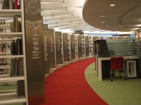 Rak perpustakaan di Petronas