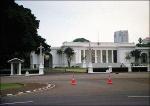 Kontradiktif Istana Putih Dengan Masyarakat